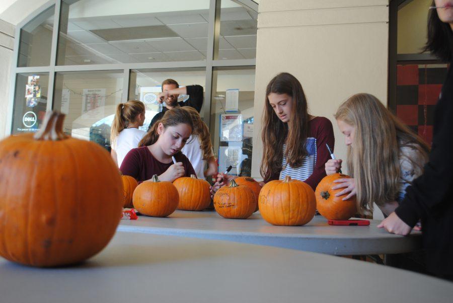 Students+decorate+pumpkins+before+the+movie+starts.+Credit%3A+Luke+Schneider+20+%2F+SPECTRUM